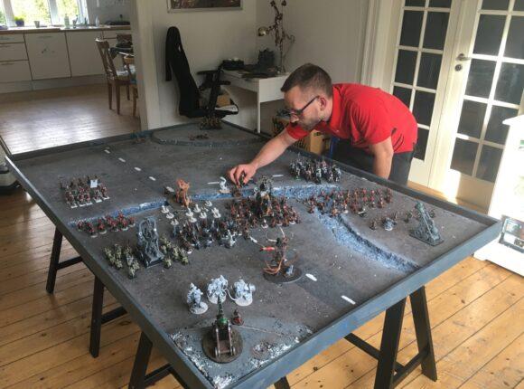 Beboer er ved at stille figurer op på bord til Dungeons and Dragons